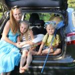 mama z dziećmi w samochodzie