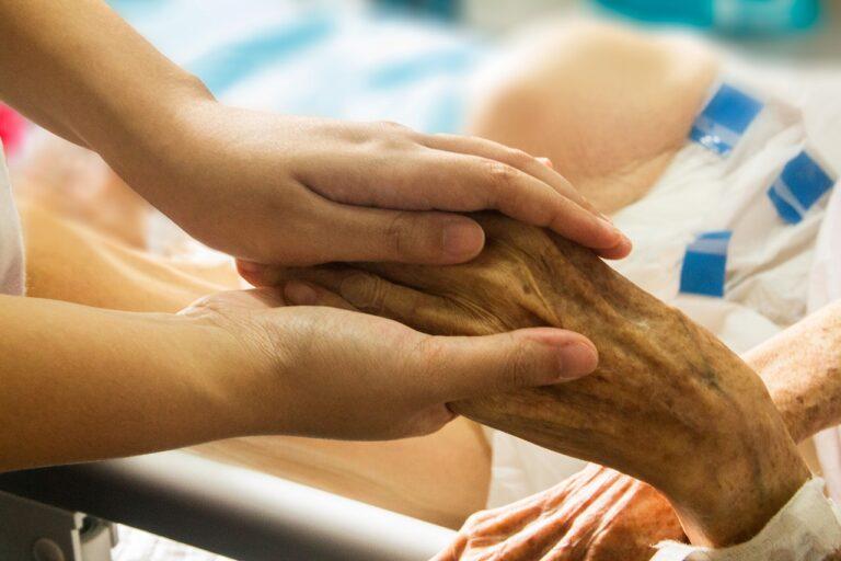 ręka trzymająca rękę