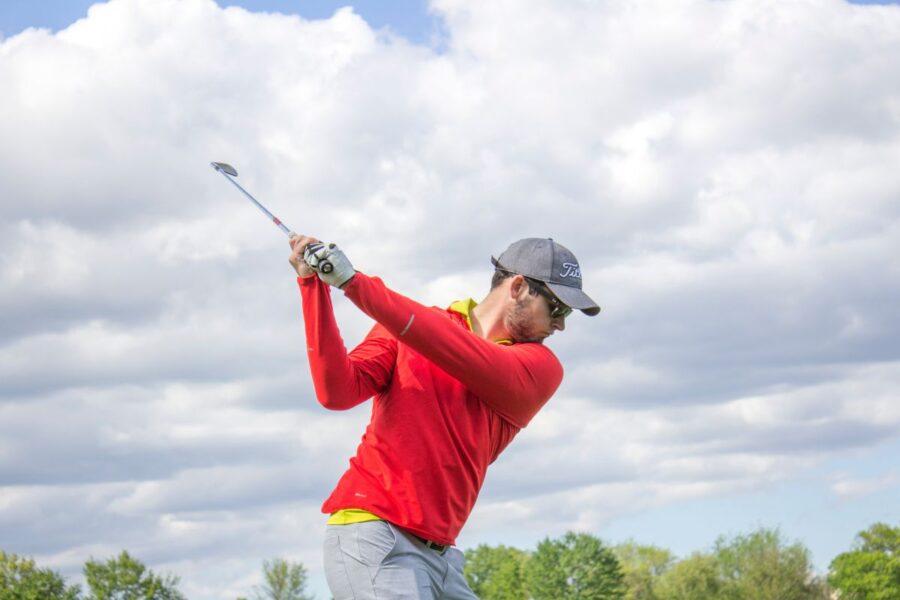Sportowiec w czerwonej koszulce